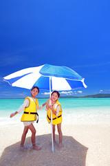 ビーチで遊ぶ笑顔の姉妹