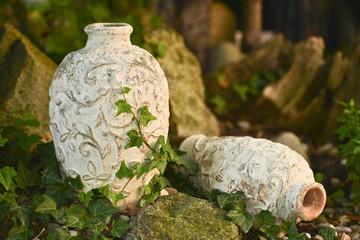 Terracotta Vase im Steingarten