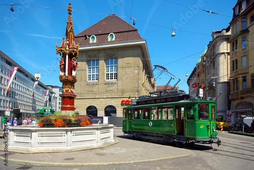 Ancien tram dans le centre ville de Bâle, Suisse. - 43567743