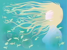 Femme aux cheveux comme des vagues / Azure de fond en été