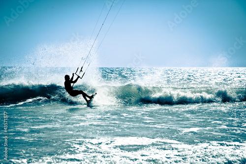 Leinwanddruck Bild Kite surfing in waves.