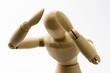 頭を抱えた木製の人形