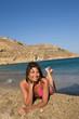Donna felice in riva al mare