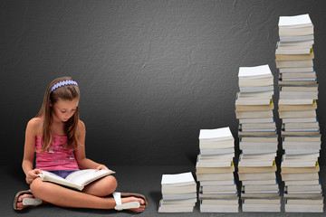 Ragazzina seduta che legge un libro