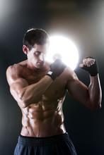 Musculaire homme sportif avec une boxe torse nu