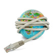 Netzwerkkabel um Weltkugel