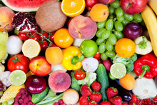 Ogromna grupa świeżych warzyw i owoców