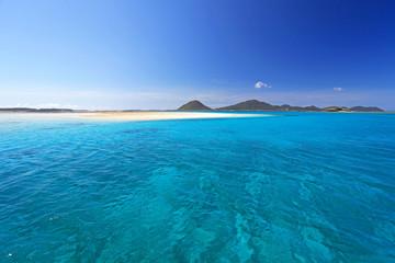 南国沖縄の透明な珊瑚の海と夏空