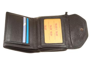 Черный кожаный кошелек в открытом виде.