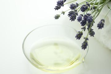 ラベンダーの花とアロマオイル