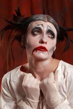 Studio strzał z młoda aktorka gra starego klauna