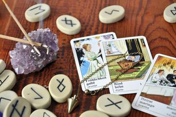 Runensteine und Taro Karten