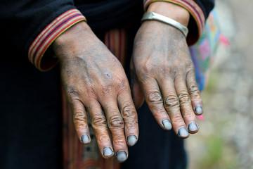 Mains d'une Dao Rouge bleues d'indigo
