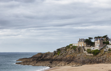 Plage du Val in Saint-Malo with stone houses