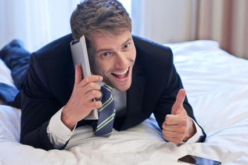 Erfolgreicher Businessman im Hotelzimmer