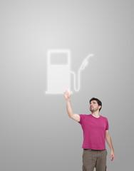 Homme appuyant sur une icone de pompe à essence