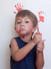 bambino sporco di colore rosso