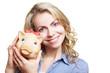 Blonde Frau mit Sparschwein