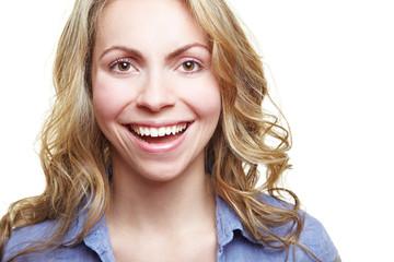 Lachende attraktive Frau