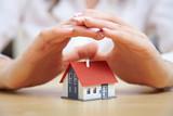 Hände schützen Haus - 43621114