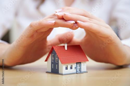Leinwanddruck Bild Hände schützen Haus