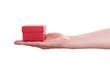 Weibliche Hand hält ein rotes Geschenk