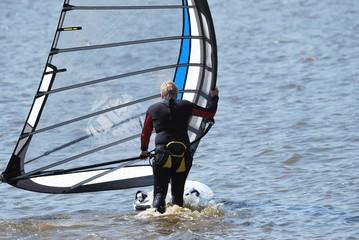 Windsurfer nimmt Fahrt auf