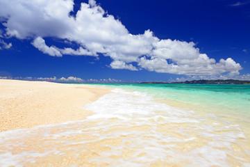 南国沖縄の美しいビーチに打ち寄せる透明な波