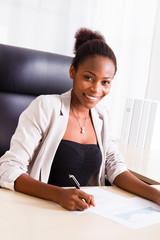 Junge farbige Damen in der Arbeit