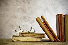 Alte Bücher mit Lesebrille in einer Bibliothek