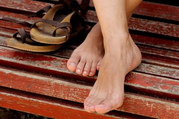 Pies cruzados con sandalias
