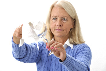Frau poliert mit Papiertuch ein Weinglas