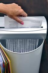 Dokument wird geschreddert und landet im Papierkorb