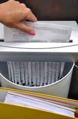 Brief wird geschreddert und landet im Papierkorb