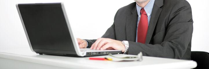 Mann an Schreibtisch
