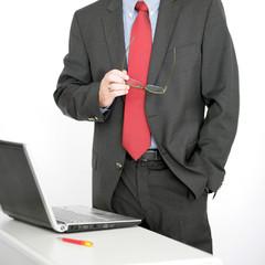 Mann an seinem Laptop