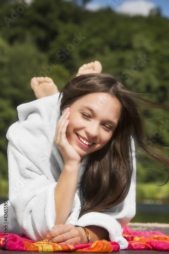 junge Frau (17) im Bademantel, am Bade-See