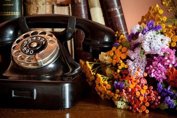 vecchio telefono con bouquet