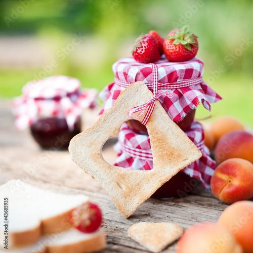 toast und frische konfitüre