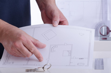 Architekt erklärt einen Grundriss - Schlüssel