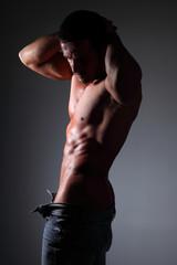 uomo semi nudo