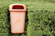 Mülltonne im Grünen