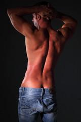 schiena uomo muscoloso