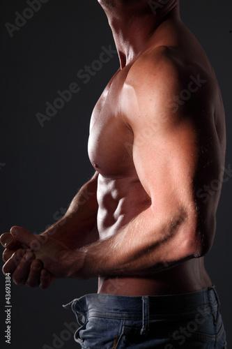 bicipiti e petto uomo muscoloso