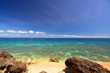 南国沖縄の美しい珊瑚の海と夏空