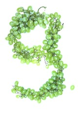 Zahl 9 aus Weintrauben