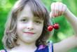 Mädchen mit Kirschen