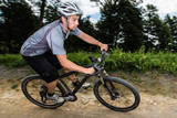 Mountainbiker in der Kurve