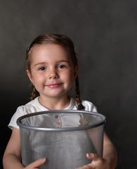 Kind mit dem Papierkorb