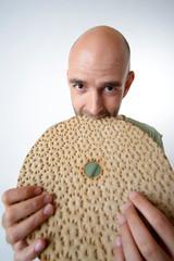 Mann isst Knäckebrot